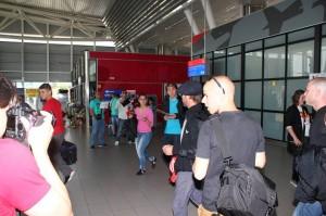 Феновете бяха завардили летището.