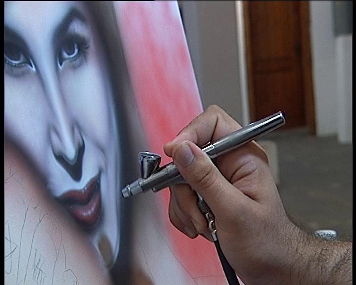 Художник представя 23 платна, рисувани с аерограф