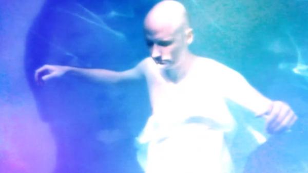 Моби дебютира като режисьор в клипа към песента си A Case of Shame