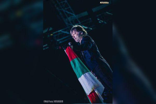 Брус Дикинсън развя бг флага в подкрепа на протестите
