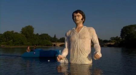 Огромна скулптура в лондонско езеро пресъздава мокра сцена с Колин Фърт като господин Дарси