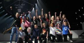 """Във всяка страна, в която представя THE WALL, Роджър Уотърс кани 15 деца на сцената, които изпълняват с него класиката """"Another Brick in the Wall"""". Това ще се случи и у нас на концерта в София. Вече се подбират децата, които ще имат уникалната възможност да пеят и танцуват редом до рок легендата."""