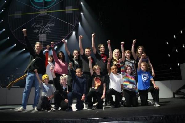 Роджър Уотърс излиза на сцената с български деца