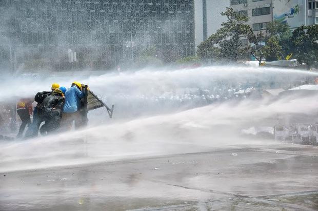 """""""Газ, вода и революция: Образи от """"Таксим"""" на Димитър Кенаров"""