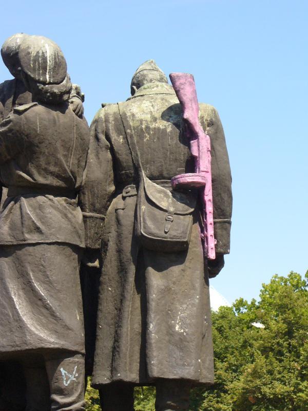 Съветски войник с розово автоматично оръжие