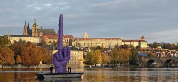 Давид Черни показа огромен среден пръст на чешкия президент със скулптура
