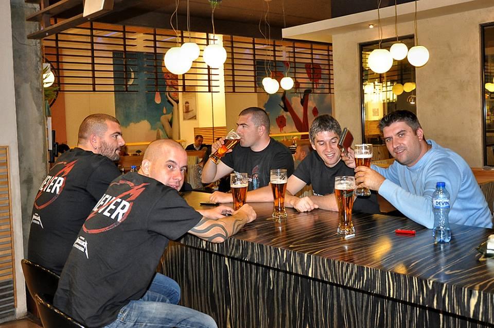 Преди прожекцията феновете бяха на по бира...