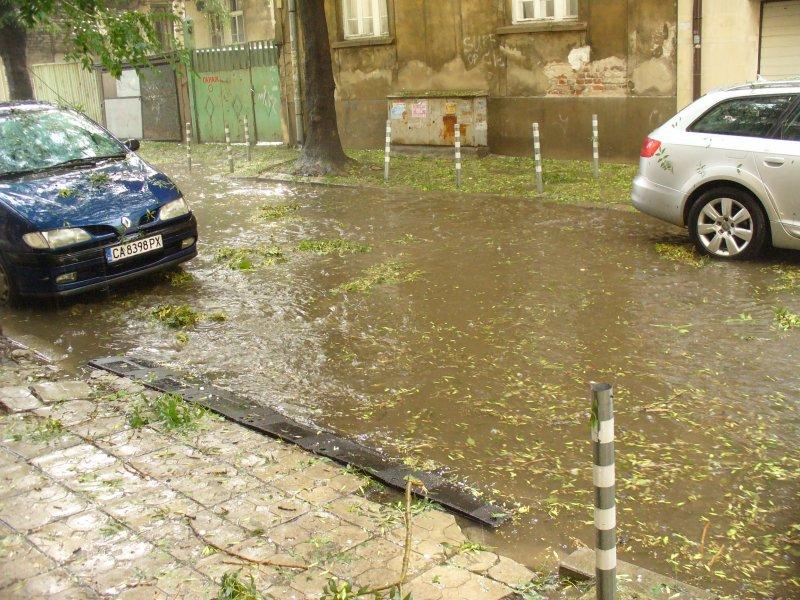 Наводнени улици след бурята в София