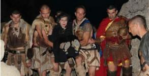 Изкачването до върха по скалистите пътеки отне на Мутафова повече от час. Да носят тежката носилка, върху която седеше актрисата, се редуваха двайсетина млади мъже, облечени като римски легионери и древни траки.