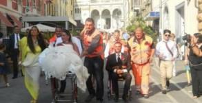 Булката на носилка, младоженецът в болнична количка